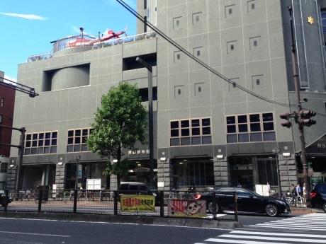 四谷三丁目交差点に位置する同館