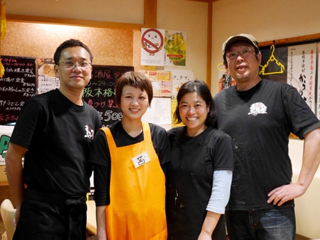 島貫オーナー(左)と同店スタッフ