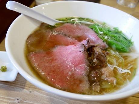 「特製牛骨麺」はあっさりとした清湯スープで和牛ローストビーフをトッピングする