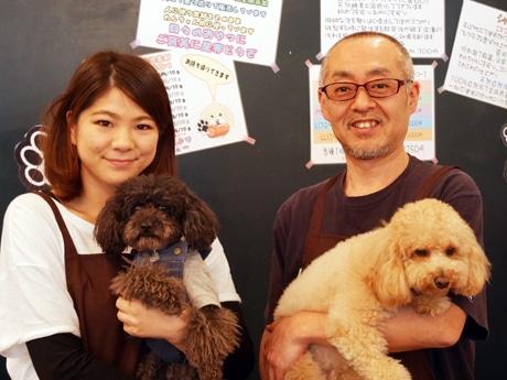 上嶋花奈さんとウニ店長(右)、山田淳オーナーともずく店長