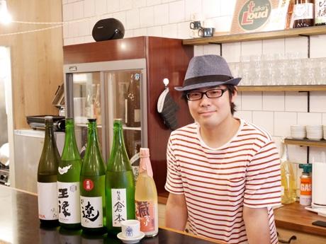 店主の石田太郎さん。同店オリジナルのお猪口は義姉の作品