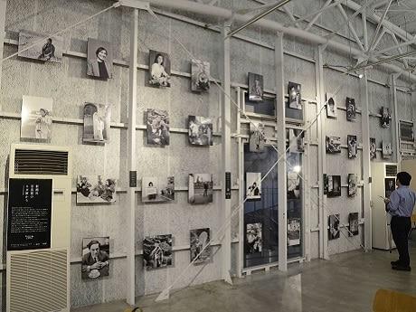 ラカグ2階で始まった新潮社創業120年記念写真展「新潮社写真部のネガ庫から」会場の様子(写真提供=新潮社)