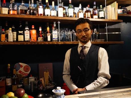 神楽坂の路地にオープンした「BAR SALT」バーテンダーの磯部太郎さん