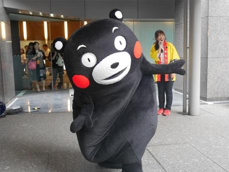 飯田橋で「KDDI復興支援マルシェ」が開催され、くまモンも応援に駆け付けた