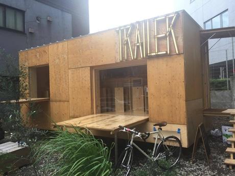 神楽坂・牛込天神町交差点近くに突如現れたトレーラーハウスで営業をする「Trailer」
