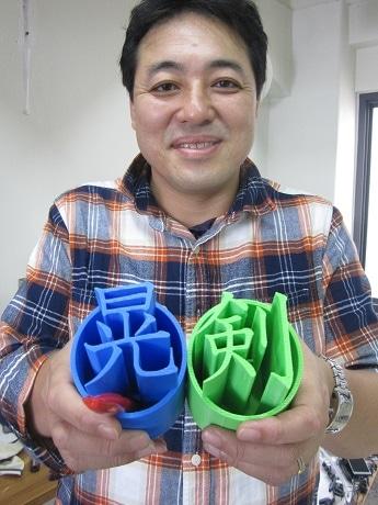 世界に一つの「オリジナル漢字ペン立て」を発売したミリメーターの粕谷孝史社長