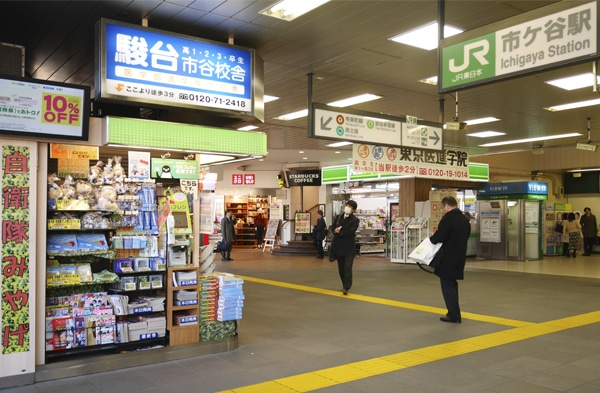 JR市ケ谷駅改札外の売店の一角に設けられた自衛隊グッズコーナー