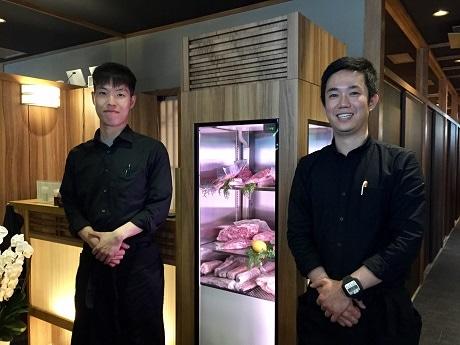 炭火焼き肉と韓国料理の店「KollaBo 神楽坂店」キム店長(右)とソン副店長