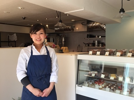 神楽坂の路地にオープンしたパティスリー「Petit Tomo」シェフパティシエの杉山トモ子さん