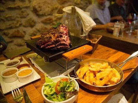 神楽坂にパリ・モンマルトルにある肉料理の名店「サクレ フルール」の日本1号店がオープン(画像=ステック・フリット)