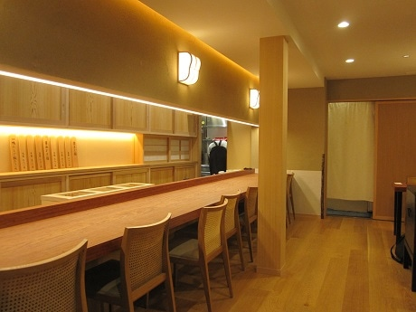 神楽坂上交差点近くの路地にオープンした「澄まし麺 ふくぼく」店内の様子