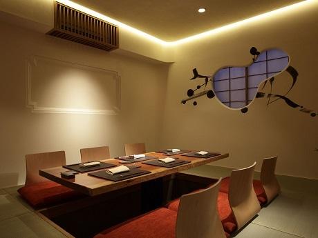 神楽坂の裏通りにオープンした「日本料理 斗南」店内(画像=しっくいの土壁に囲まれた個室)