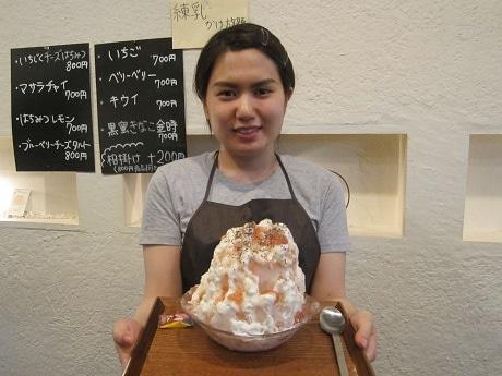 今年の営業を開始した四谷荒木町のかき氷店「Ryan」店主の柏原ありささんと一番人気「いちじくチーズはちみつ」