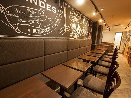 飯田橋にオープンした入場料500円でドリンクを「ほぼ原価」で提供「原価ビストロ BAN!」店内の様子