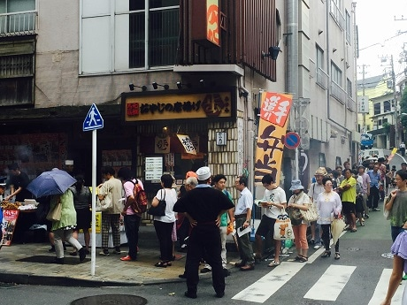 神楽坂・鮒忠で「焼き鳥の日」の8月10日、焼き鳥を1本10円・1000本限定で販売(画像=過去開催時の様子)
