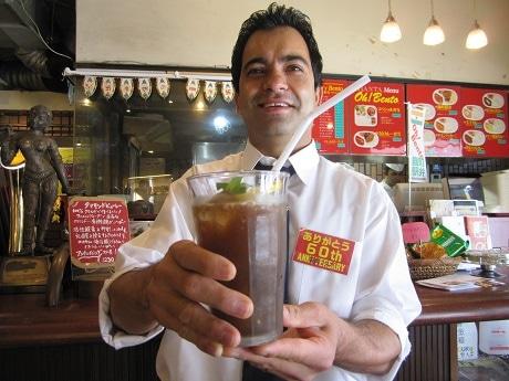 麹町の老舗インド料理店「アジャンタ」でじわじわと人気を集めている「スパイシーコーラ」
