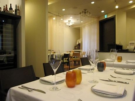 曙橋駅近くにオープンしたイタリアンレストラン「Cosmologia(コスモロジア)」店内の様子。カウンター席のほか、個室風に使えるテーブル席も