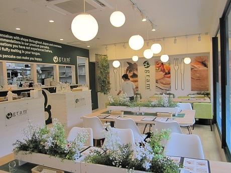 市ケ谷・靖国神社そばにオープンした「gram 九段下店」店内の様子。白と緑を基調としたナチュラルな雰囲気に仕上げた