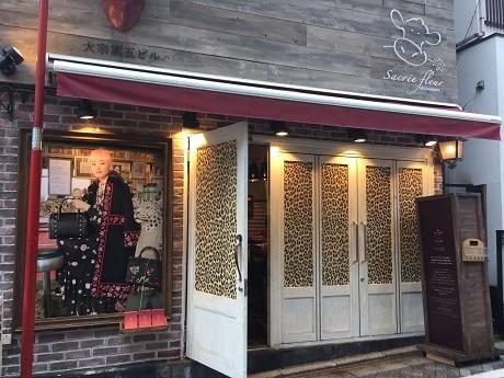 神楽坂「サクレフルール」でケイト・スペードとコラボしたスペシャルコースを限定提供(画像=レオパード柄の装飾を施した店舗外観)