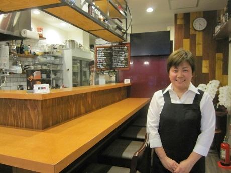牛込北町交差点そばにオープンした居酒屋「相馬 二代目」オーナーの佐々木朱美さん