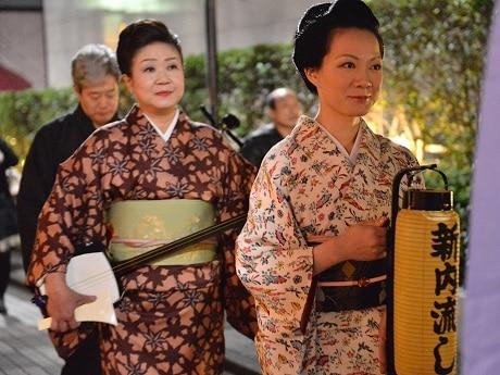 神楽坂エリア一帯で伝統芸能イベント「神楽坂まち舞台・大江戸めぐり2017」を開催(画像=新内流しの様子)