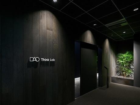 飯田橋に会員制ワークスペース「Think Lab(シンク・ラボ)」がオープン(写真=鳥居をイメージしたエントランス)