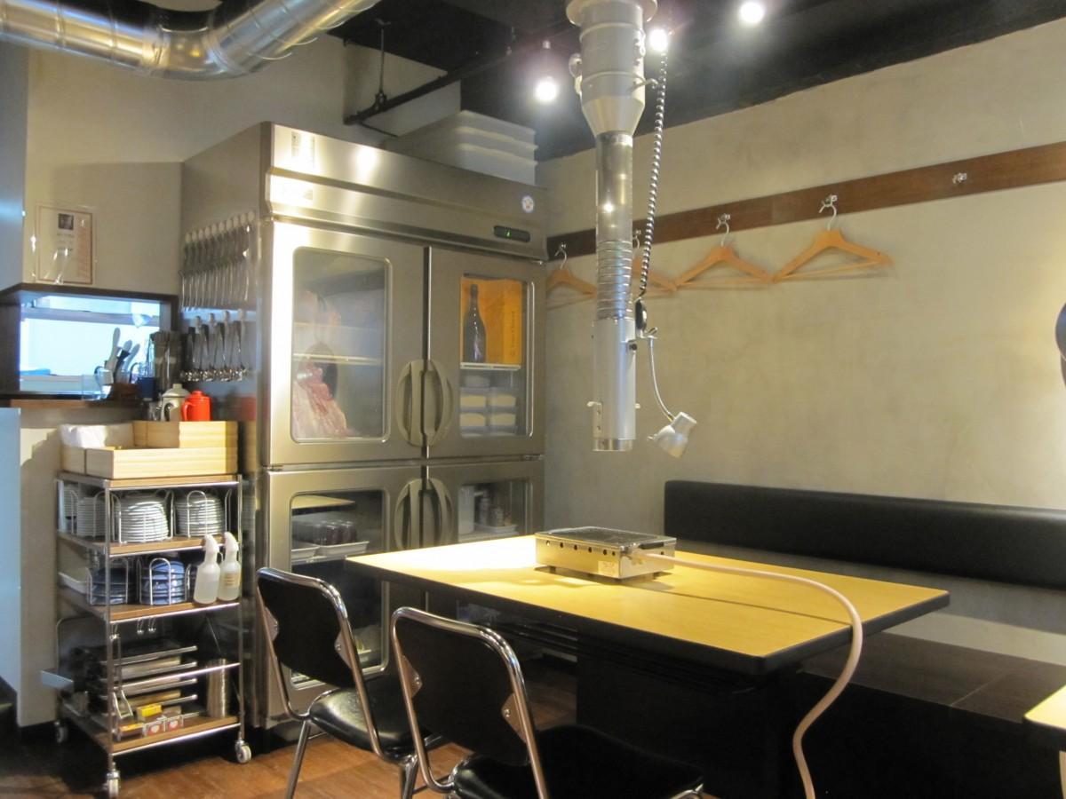四谷荒木町・柳新道通りにオープンした「焼肉 穏(おん)」店内の様子