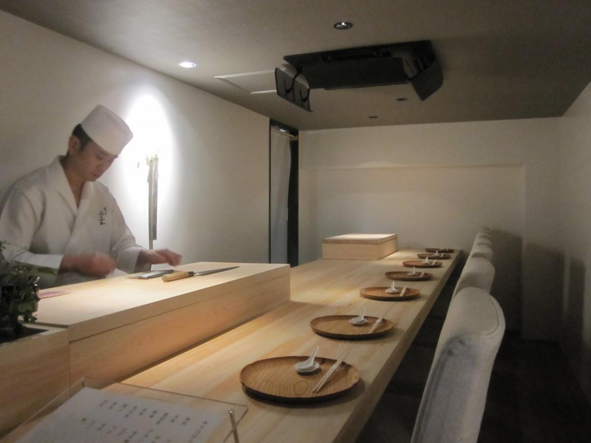 神楽坂の路地にオープンしたカウンター7席のすし店「すし ふくづか」