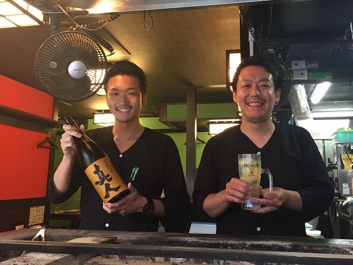 四ツ谷・しんみち通りにオープンした焼き鳥店「和奏(わかな)」店長の小林さん(右)と代表の高橋さん