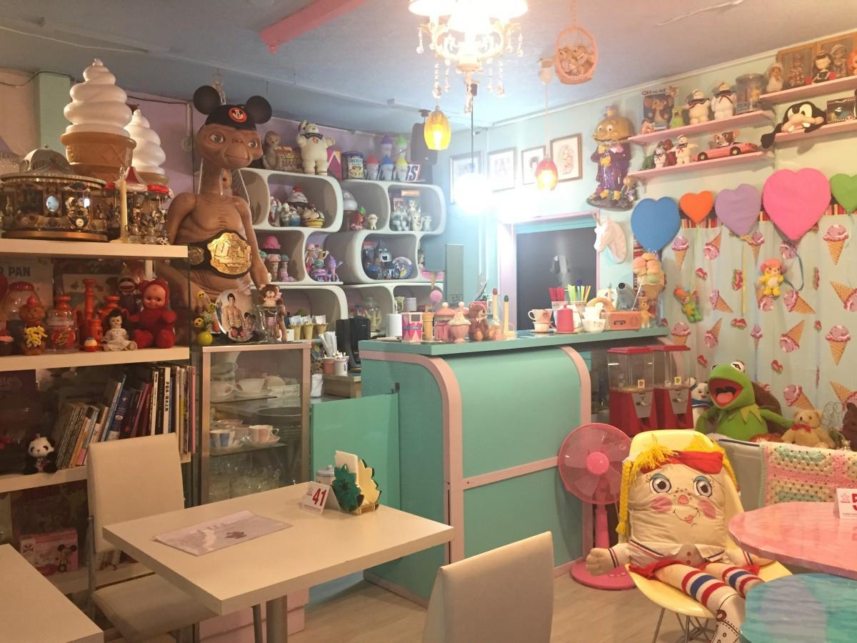 赤城神社裏手にオープンしたカフェ「Toddle Puft(トドルパフ)」店内の様子