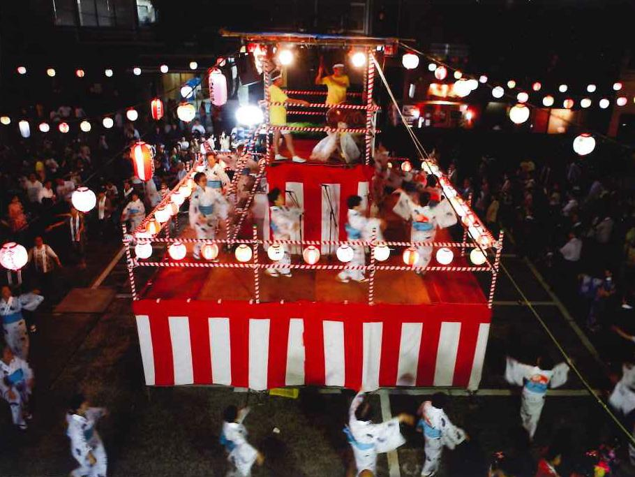 昨年の納涼盆踊り大会(会場=今年で最後となる日本テレビ駐車場)