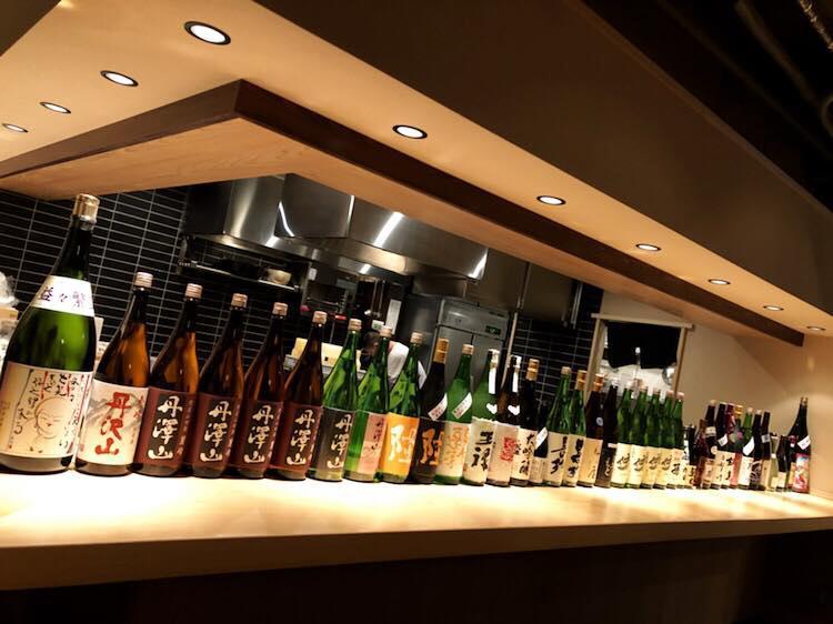 日本酒がずらりと並ぶカウンター