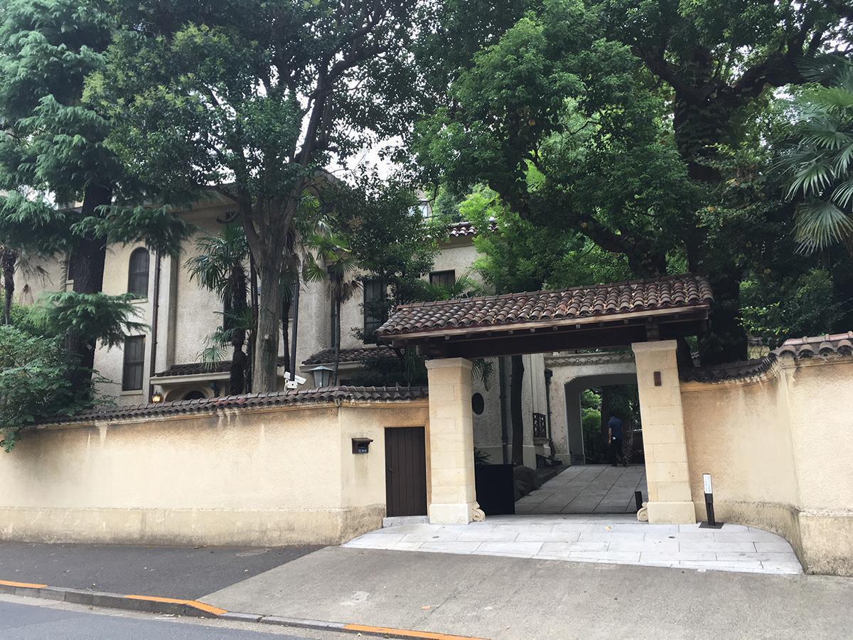 1927(昭和2)年に竣工した地下1階・地上3階の緑豊かな洋館「旧山口萬吉邸」