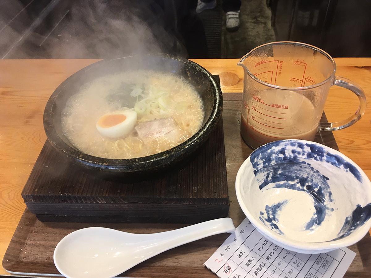 高温に熱した石鍋にスープを入れればマグマのように沸騰