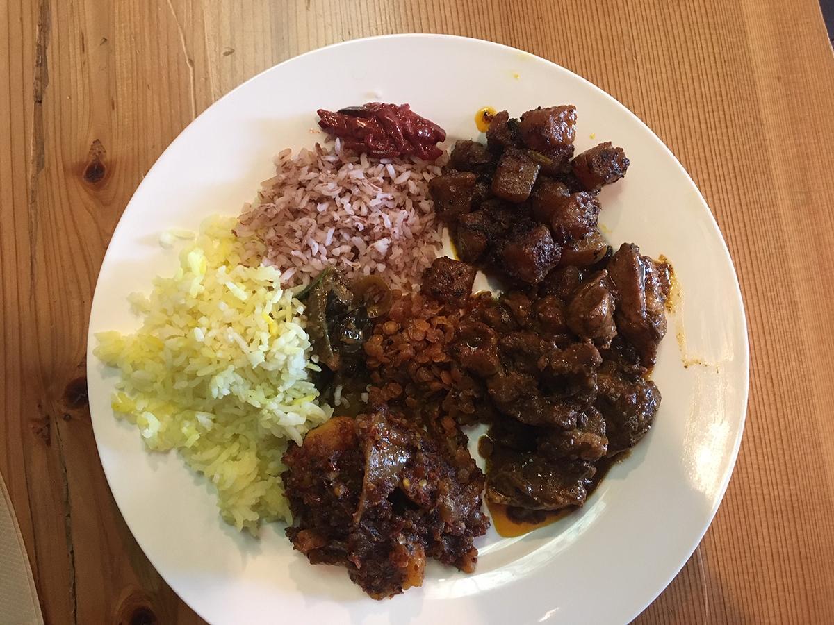 ランチはビュッフェスタイル 自由に選べるスリランカ料理