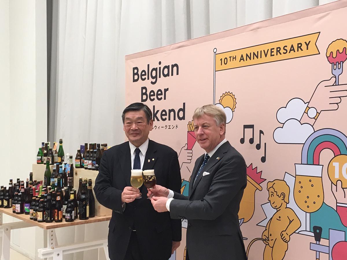 ギュンテル・スレーワーゲン駐日ベルギー王国大使(右)と小西新太郎実行委員長
