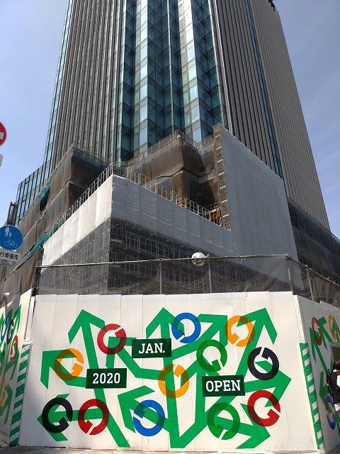 工事現場の周囲を飾る完成した仮囲いアート