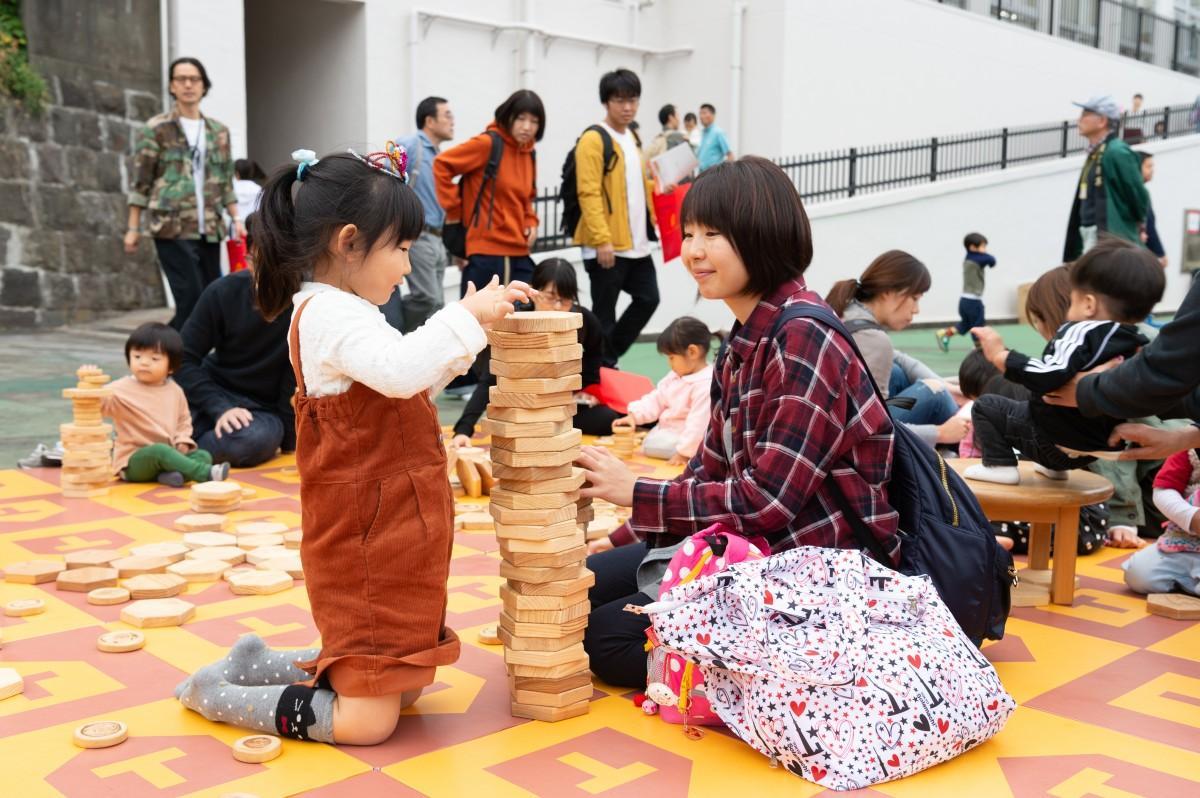 木のおもちゃを楽しむ参加者(過去の開催風景)