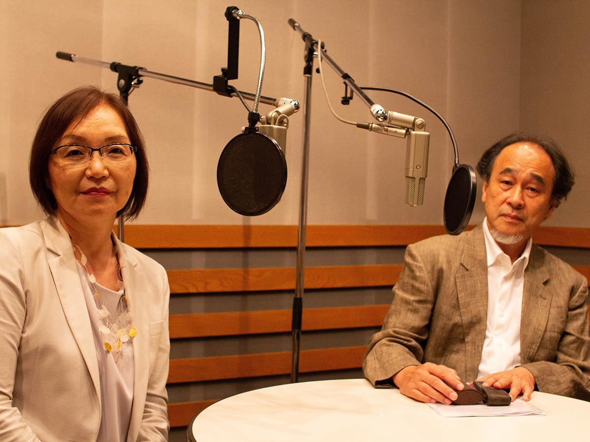 スタジオでの録音風景(左=日置圭子さん、右=長岡弘志さん)