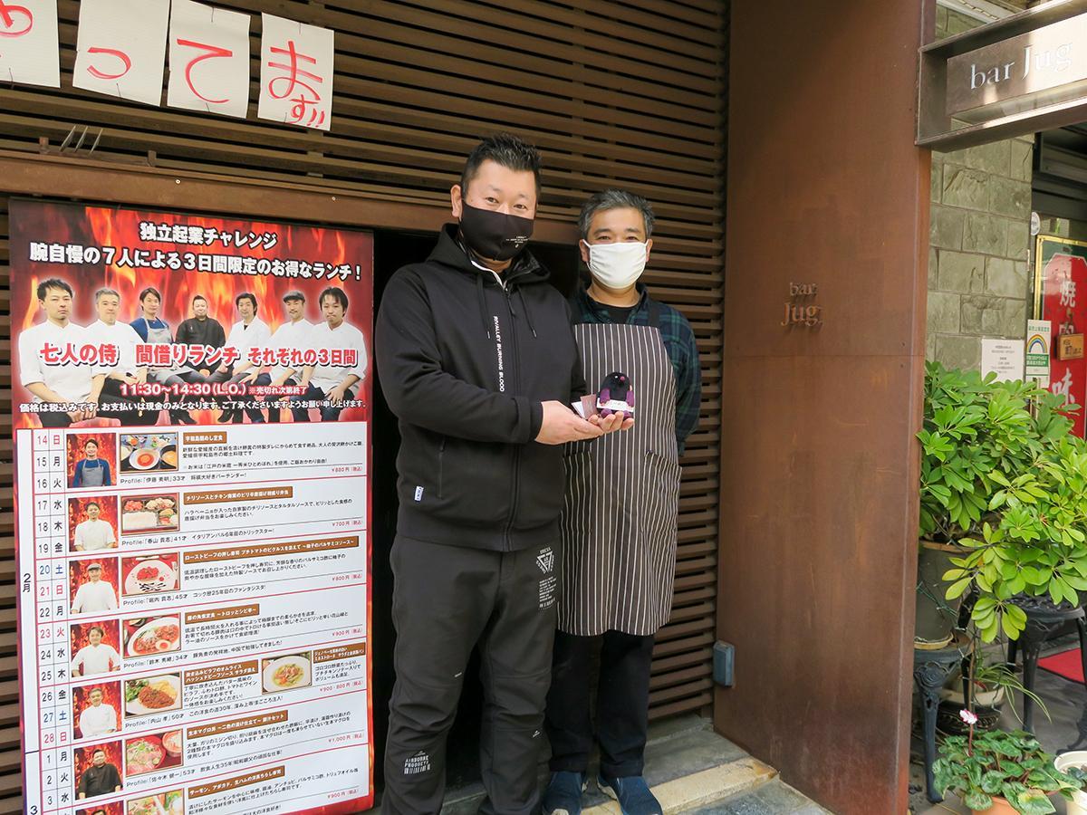飲食営業部の青木智宏部長と取材日の担当シェフだった内山孝(たかし)料理長 内山さんは「Trattoria Pizzeria Bar FAVETTA (ファヴェッタ)」の料理長を務めている。
