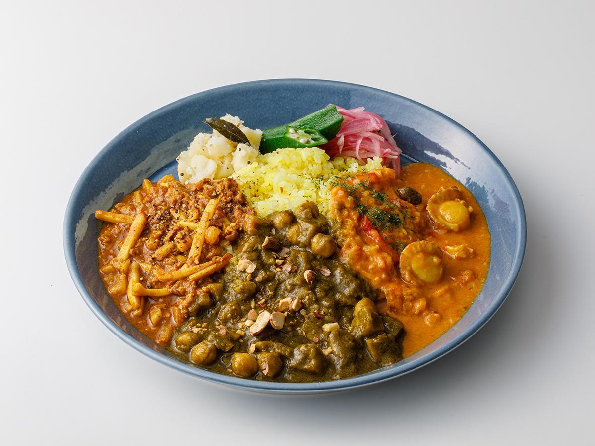 カレーの3乗(左から、タケノコのスパイシーキーマカレー、蓮根とアーモンドのパラクマサラ、ホタテとレモンのカレー)