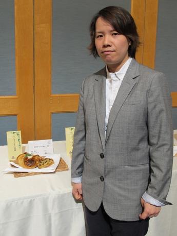 赤松昭子さんと受賞作品「フロマージュ・カレーズン」