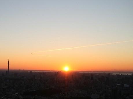 今年の初日の出の様子。東京湾と東京スカイツリーが見える。