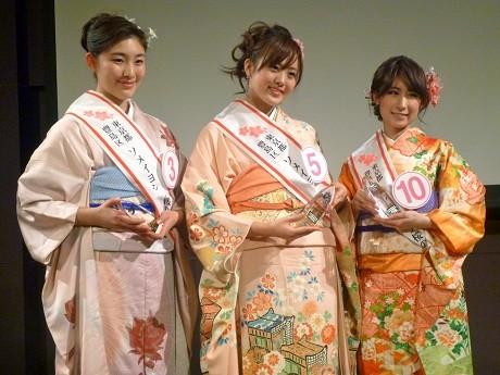 3代目「桜の観光大使」の3人。左から川島里佳子さん、小守由希子さん、西島来美さん。
