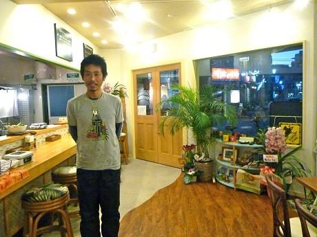 ハワイの雰囲気を演出した店内と店主の古川さん。
