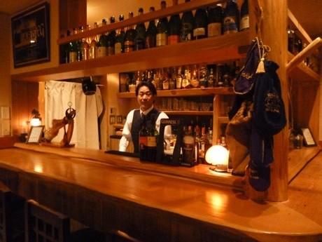 「ヴァンリヴィエール」の店内。カウンター内は店主の山田さん