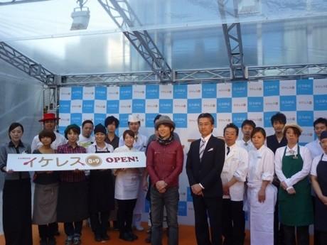 オープン発表会には「イケレス総選挙」オブザーバーの川越達也さん、ルミネ池袋・田口信之さん、オープンした全店舗から21人のスタッフが登場した