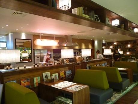 「ハワイ現地のホテルのロビー」を演出したという店内