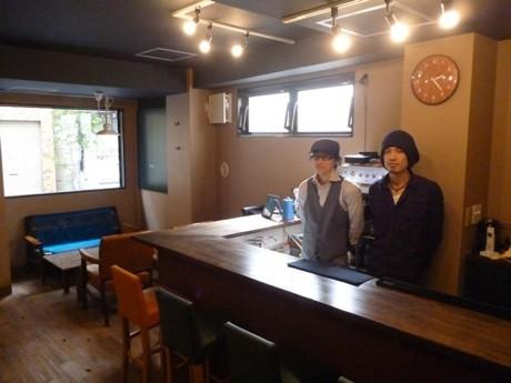 店内の様子。カウンター内は樋口さん(左)、清川さん(右)