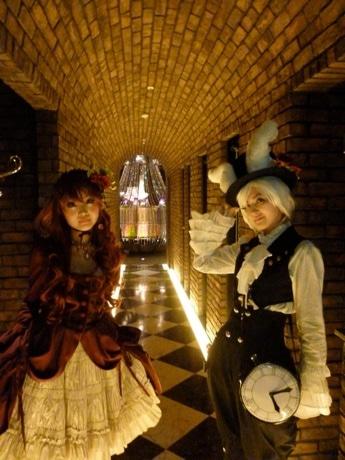 アリスのキャラキターをモチーフにした服装で客を迎える「古城の国のアリス」店員